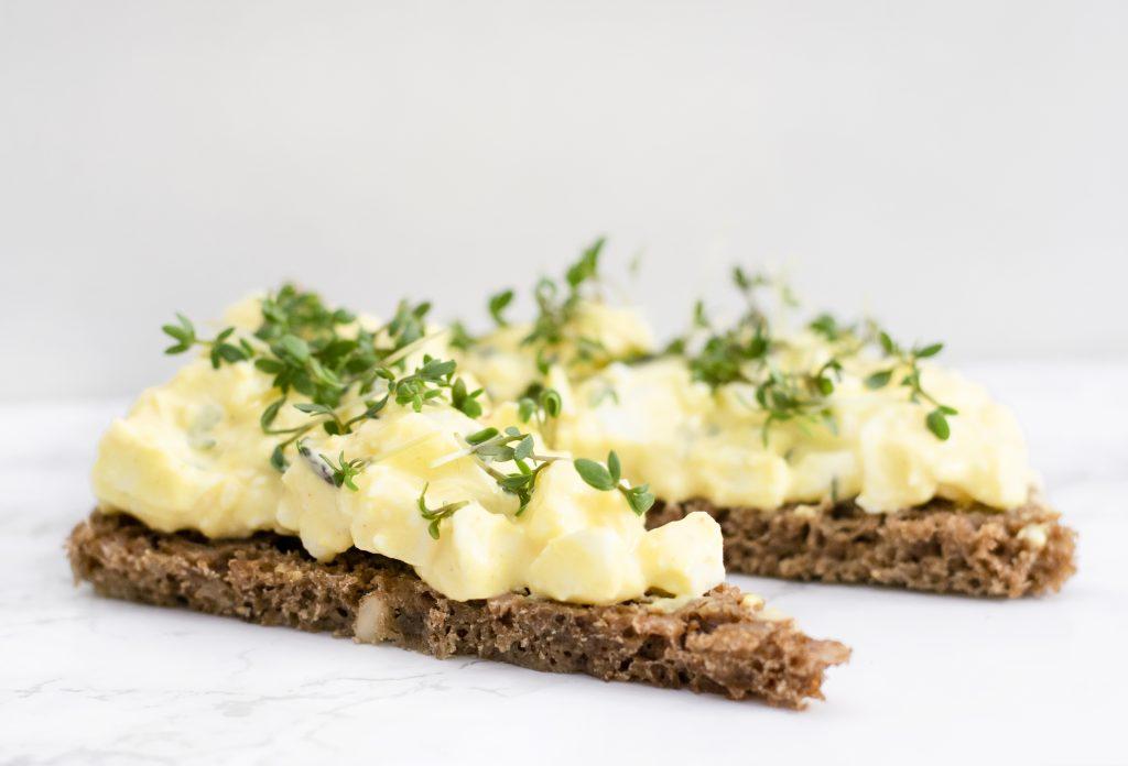 Rugbrød med æggesalat